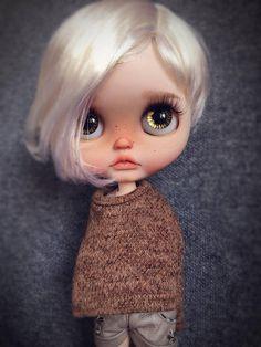 Blythe muñeca personalizada Ella es una niña linda Piel clara, pelo negro. El trabajo de personalización: Enmarañado de la cara de la arena y nuevo hacer aplicar hasta Ventana de la nariz y los labios de talla 4 chips de ojo de color especial nuevo Nuevas pestañas Ojos de sueño