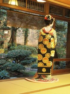 Obi worn by maiko Fukuharu in December 2012 - black silk sash with various gold crests of wealthy Japanese families (SOURCE)
