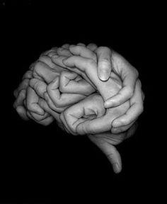تولد الأفكار في لحظات خاطفة وقد تتلاشى من مخيلتك   ما لم  تسارع بتدوينها قد تظهر الأفكار المثمرة في أغرب الأوقات ولن تبزغ هذه الأفكار دائما وأنت تعالج المشكلة المتعلقة بها ولكن قد تواتيك ومضة   في الوقت الذي تكون فيه مشغولا بأعمال أخرى  لذلك حينما تنبت في عقلك نواة لفكرة احفظها مباشرة كتابة للاستفادة منها في  المستقبل فالاحتفاظ بمذكرات منظمة إبان البحث يستثير التفكير الناقد ويؤدي إلى اكتشاف أفكار جديدة .