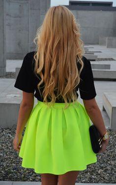 j'aime la ouleur de la jupe....