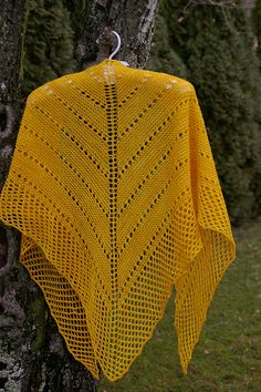 Show off your favourite yarn with this sweet + simple triangular shawl.
