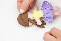 Como fazer boneca de feltro – Passo a Passo e Molde - Escola de Feltro Crochet Flower Tutorial, Crochet Flowers, Felt Dolls, Paper Dolls, Doll Patterns, Sewing Patterns, Crafts To Sell, Crafts For Kids, Diy Doll