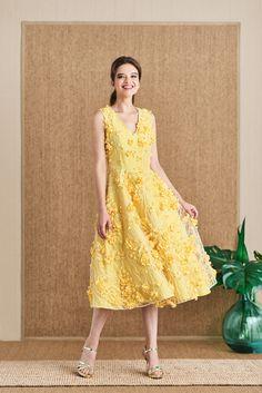 f0ec91d39 Vestido midi bordado de flores amarillo Fleur de Mira la Marela para  INVITADISIMA. Es imposible