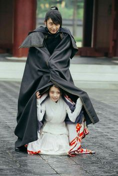 How cute and adorable is this bts pic! Augh I love this pairing way too much! IU and Lee Joong Ki, Moon Lovers Scarlet Heart Ryeo behind the scenes Lee Jun Ki, Lee Joongi, Asian Actors, Korean Actors, Korean Guys, Moon Lovers Scarlet Heart Ryeo, Moon Lovers Drama, Iu Moon Lovers, Scarlet Heart Ryeo Wallpaper