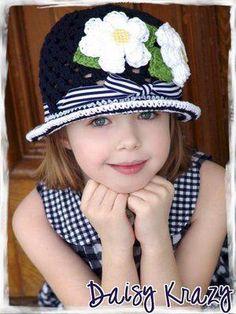 chapeuzinho de crochê com flores