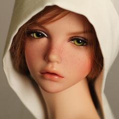 I love this faceup! And her lips. Her nose is a bit strange in profile, otherwise I'd be super tempted to get her. So pretty!