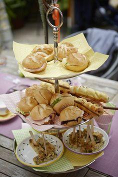 Etagere mit kleinen Häppchen für den Empfang bzw. die Agave Camembert Cheese, Dairy, Food, Agaves, Apple, Mariage, Meal, Eten, Meals