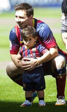 Lionel Messi y su hijo antes de un partido de fútbol.