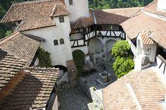 Il castello di Bran - Castelul Bran - The Bran Castle (Braşov, România) Famous Castles, Wonderful Places, Romania, All Over The World, Scenery, Patio, Mansions, House Styles, Outdoor Decor