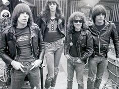 """Scorcese va nous les raconter... """"Inventeurs"""" du punk, icônes du perfecto, inspirateurs capillaires du thrash metal... les Ramones, c'était tout ça..."""