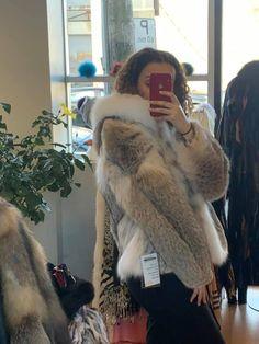Manteau de coyote blanc // White coyote coat Fur Coat, Jackets, Fashion, Coats, Fur, White People, Down Jackets, Moda, Fashion Styles
