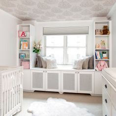 Love the #wallpaper on the ceiling in this adorable nursery