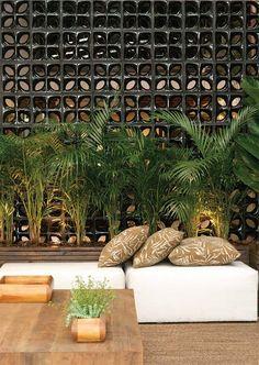 Atração deste hall em São Paulo, os elementos vazados de louça esmaltada (25 x 25 cm) garantem a privacidade do local. A arquiteta e paisagista Mônica Rio Verde elegeu o modelo Folha preto, da Cerâmica Martins (R$ 30 cada um).