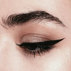 Eyeliner is one of the best type of eye makeup that helps to enhance your eyes and make it look more beautiful. By applying eyeliner you can accentuate your eyes…View Post Makeup Goals, Makeup Inspo, Makeup Inspiration, Makeup Style, Beauty Make-up, Beauty Hacks, Hair Beauty, Beauty Tips, Regard Intense