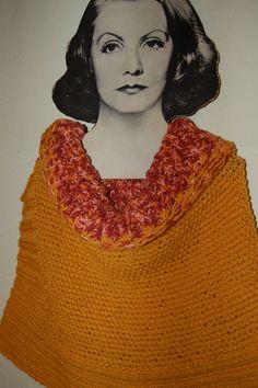 Poncho naranja con cuello bicolor, muy alegre.