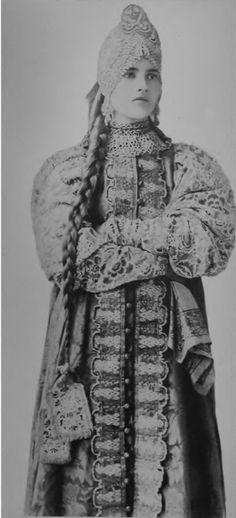 oI< Девушка в праздничном костюме центральных губерний России, 1900е г