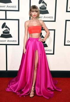 Taylor Swift Rocks Short Hair on Grammys 2016 Red Carpet!: Photo Taylor Swift shows off some midriff and a lot of leg in her sexy outfit on the red carpet at the 2016 Grammy Awards held at the Staples Center on Monday (February… Lady Gaga Taylor Swift, Taylor Swift Rot, Style Taylor Swift, Celebrity Red Carpet, Celebrity Dresses, Celebrity Style, Celebrity Gossip, Nice Dresses, Prom Dresses