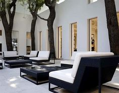 black and white patio terrace lounge furniture | Peter Marino Chanel boutique courtyard || Paula Montes.