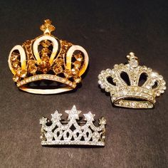 Crown Brooch & Pendant Bundle. Royal Brooch & Pendant Bundle. The pin on one of the crowns is broken please refer to pictures for details. Other than the mentioned beautiful condition Vintage Jewelry Brooches