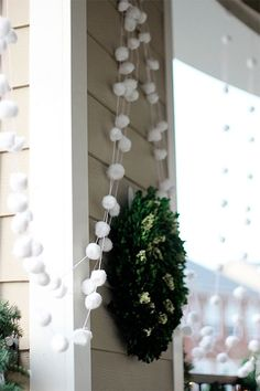 Get thrifty this year with winter decorations by creating a DIY snowball garland using only cotton balls and twine. Thanks to this tutorial from Two Delighted, you don't have to break the bank to make your home feel festive. - Diy for Home Decor Christmas Tablescapes, Christmas Decorations, Holiday Decor, Christmas Holidays, Christmas Crafts, Winter Party Themes, Diy Girlande, Snowflake Garland, Diy Weihnachten
