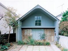 ひとり暮らしのためのシンプルな家を望んだ住まい手。光の陰影が美しいギャラリーのような空間で、好きなものに囲まれて過ごす時間。   text_ Satoko Ha House Roof, My Dream Home, Facade, Architecture Design, Sweet Home, Cottage, Exterior, Outdoor Structures, House Design