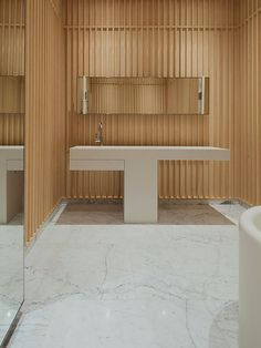 Banheiro com Parede de Madeira. Designer: Vlad Mishin. Fotógrafo: Matteo Bonotto.
