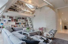 Zobacz zdjęcie Dwupiętrowy biały salon na dole klasyczny salon a u góry biblioteczka i biuro <3 Więcej na moim profilu w pełnej rozdzielczości
