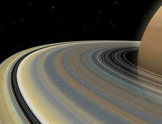 Os anéis não são círculos perfeitos. Eles têm curvaturas provocadas pela gravidade das luas próximas. Os anéis também contêm degraus produzidos conforme as partículas muito finas de poeira, que flutuam acima dos anéis, são atraídas por eletricidade estática e puxadas para cima dos anéis.