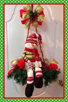 New unique door wreaths xmas 19 ideas Felt Christmas Decorations, Christmas Arrangements, Snowman Decorations, Christmas Wreaths, Christmas Ornaments, Aquarium Decorations, Christmas Mom, Christmas Snowman, Christmas Projects