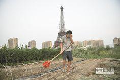 浙江「盜版巴黎鐵塔」周邊農地圍繞的詭異畫面引發熱議。(CFP)