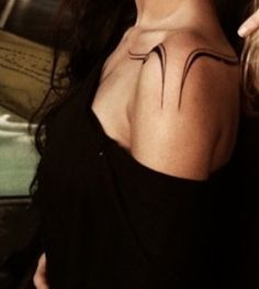 Sexy shoulder tattoo based on the clavicle and the back tattoos - tattoo style Piercings bellybutton nariz oreja Arrow Tattoo, Tattoo On, Clavicle Tattoo, Sternum Tattoo Design, Unique Tattoos, Small Tattoos, Cool Tattoos, Line Tattoos, Body Art Tattoos