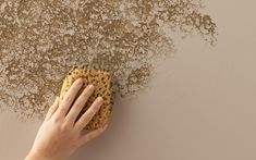 A person sponging texture onto a beige wall. Creative Wall Painting, Wall Painting Decor, Sponge Painting Walls, Faux Painting Walls, Teal Bedroom Decor, Textured Walls, Textured Wall Paint Designs, Wall Texture Design, Ceiling Texture