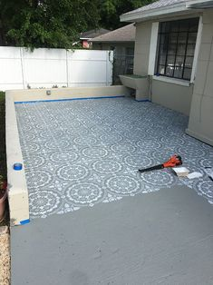 - amazing ideas with cement - how to make your wife happy Stenciled Patio Makeover Tutorial Patio Makeover Tutorial mit Schablonen Stenciled Concrete Floor, Painted Concrete Floors, Painted Cement Patio, Painting Concrete Porch, Patio Diy, Backyard Patio, Patio Ideas, Backyard Ideas, Diy Concrete Patio