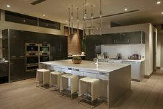 Fondé par Paul McClean en 2000, McClean Design est spécialisé dans le design de résidences contemporaines situées le long de la côte Californienne.