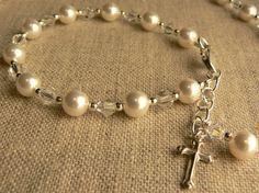 First Communion Bracelet First Communion Favors, First Holy Communion, Holy Communion Dresses, Beaded Cross, Cross Jewelry, Rosaries, Jewelry Crafts, Beaded Bracelets, Jewelry Making