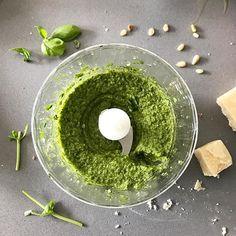 Groene pesto in de maak! vrijdagmiddagcookings tgif  Op brendakooktnlhellip