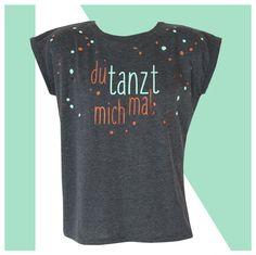T-Shirt für Frauen mit Spruch - du tanzt mich mal. Es ist dunkelgrau-meliert, wurde von Hand bedruckt in kupfer und mint. Du tanzt mich mal - aber so was von !!! Erhältliche Größen sind...