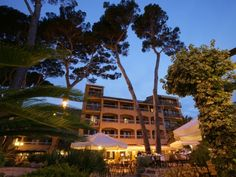 Hotel Saint Aygulf with your own Private Beach Bleu et Blanc, in Fréjus at the Cote d'Azur. From there you can drive to Cannes and Monaco.