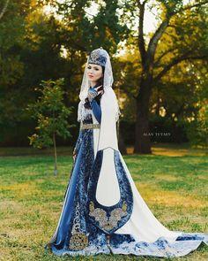 Folk Costume, Costumes, Muslim Evening Dresses, Muslim Images, Old Jeans, New Wardrobe, Modest Dresses, Traditional Dresses, Culture