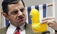 """Celebrando 25 años del estreno de Mr. Bean en la TV, Rowan Atkinson revive el clásico episodio de """"del sillón conductor"""" en el mismísimo palacio de Buckingham."""
