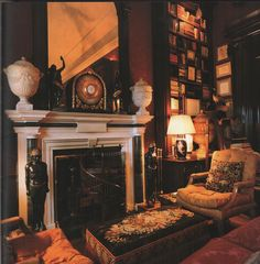 Mark Hampton-Library-Fifth Ave-Susuan and Carter Burden-Roberto Schezen Photography Classic Library, Traditional Fireplace, Traditional Decor, American Houses, Dark Walls, Classic Interior, Fireplace Mantels, Drawing Room, Beautiful Buildings