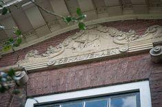 Een oude gevelsteen in Amsterdam Noord. Nieuwendammerdijk