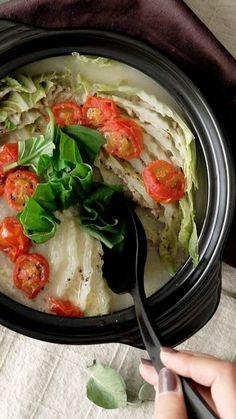 野菜もお肉もしっかり摂れる、お肉と白菜を交互に重ねて煮込むミルフィーユ鍋。モッツアレラチーズとバジルで一味変わった風味に!