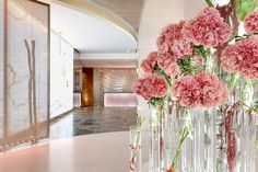 Come to admire the wonderful flower arrangements made every week by our amazing florist in the lobby entrance of Hotel President Wilson Geneva. #hotelpresidentwilson #geneva #flowers #lobby #decor