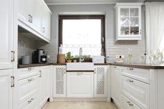 Kuchnię urządzono w angielskim stylu. Strefę zmywania pod oknem organizuje stylowy, ceramiczny zlewozmywak. Projekt Beata Ignasiak. Fot. Bartosz Jarosz.