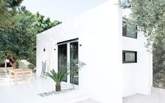 Monocabin is a stunning, minimalist house created by the Italian design studio Mandalaki and located on the stunning Greek island of Rhodes. If you truly love your stay and experience, you can purchase your very own full-size house kit.