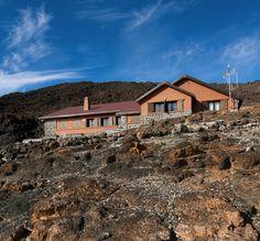 El Refugio de Altavista del Teide consta de dos edificaciones y está dotado de: enfermería, salón, comedor y cocina. Tiene tres dormitorios comunes con una capacidad total para 54 visitantes.  Las estancias disponen de calefacción y las camas están totalmente equipadas con sábanas y cálidos edredones -no es imprescindible llevar saco de dormir-.