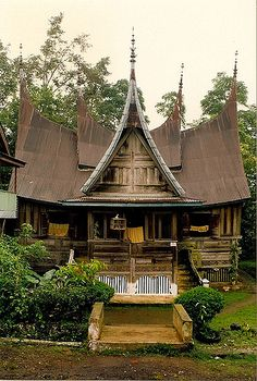 The legs of this black bamboo building, inspired by the architecture of the Minangkabau people in Sumatra, are musical. Asian Architecture, Vernacular Architecture, Interior Architecture, Building Design, Building A House, Multicultural Activities, Bamboo Building, Minangkabau, Thai House