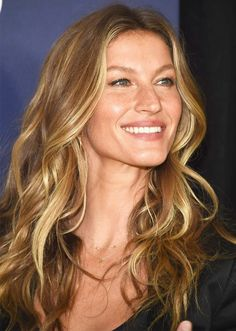 Gisele Bündchen con su melena rubia y larg Hair Color 2017, Cool Hair Color, Gisele Bundchen, Hair Color Balayage, Ombre Hair, Brown Balayage, Celebrity Hairstyles, Cool Hairstyles, Gisele Hair