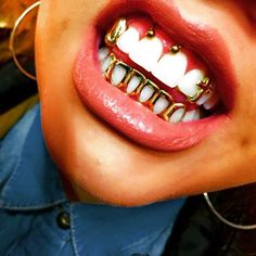 Image de gold, grill, and grillz Daith Piercing, Piercing Smiley, Piercing Tattoo, Ear Piercings, Girls With Grills, Luxury Tumblr, Girl Grillz, Grills Teeth, Mouth Grills